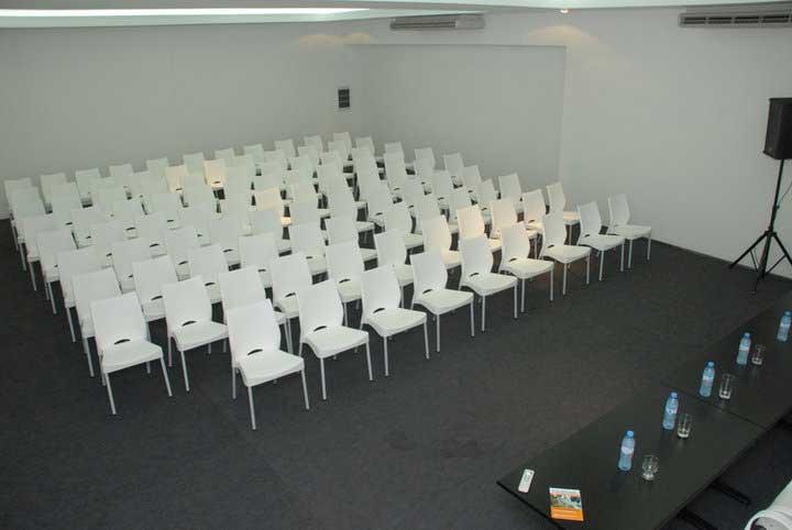cadeira-plastica-empilhavel-auditorio-mb