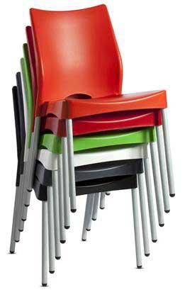cadeira plástica empilhável.