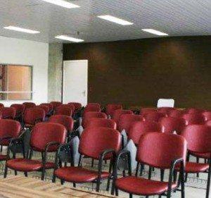 Auditório Com Cadeiras Empilháveis Estofadas - Com Prancheta